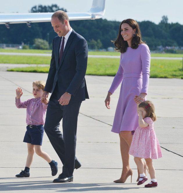 Los duques de Cambridge saliendo del aeropuerto de Hamburgo en su último día de viaje oficial a Polonia...