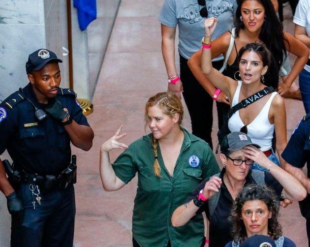 La comediante estadounidense Amy Schumer (c) y la modelo estadounidense Emily Ratajkowski (d) durante...