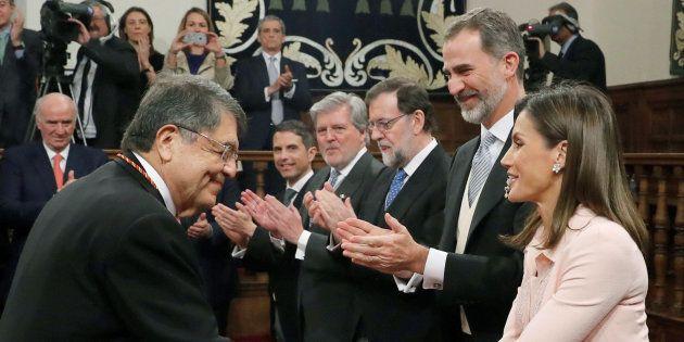 El escritor Sergio Ramírez saluda a los reyes Felipe y