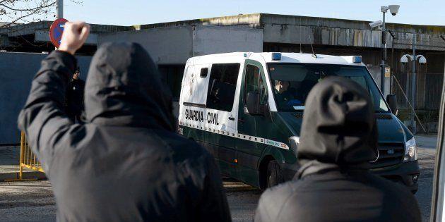 Imagen de archivo de un furgón de la Guardia Civil que transporta a los acusados a su salida del juicio...