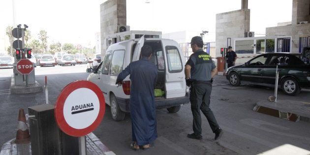 Uno de los controles de la frontera entre España y Marruecos en Melilla, donde un hombre ha irrumpido...