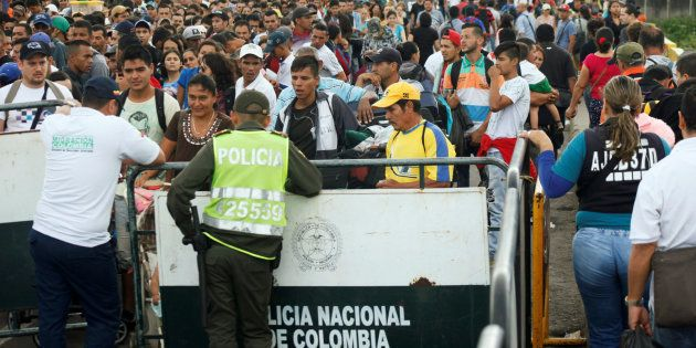 Dos agentes colombianos controlan la frontera donde se congregan miles de venezolanos a