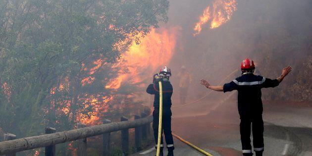 Bomberos tratan de apagar un incendio forestal en Castagniers, cerca de Niza,