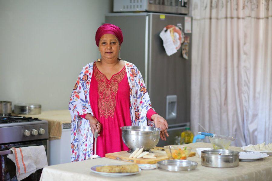 Faldela Tolker cocina en su propia cocina en