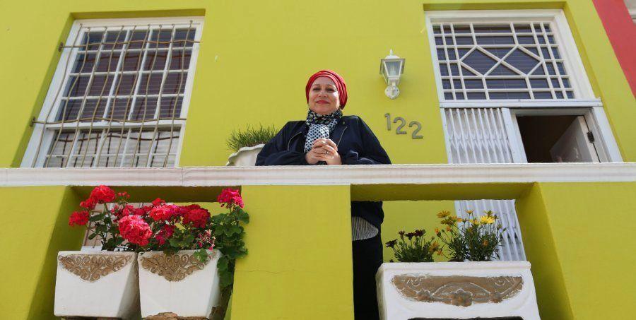 Rashida Emeran posa en la puerta de su casa en