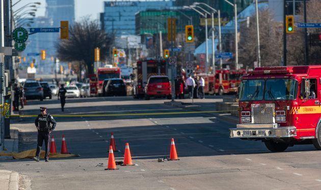 Un miembro de la policía de Toronto monta guardia junto a un cuerpo cubierto por una
