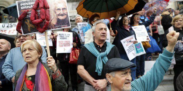 Un grupo de pensionistas protestan en