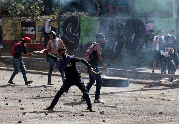 Enfrentamientos entre jóvenes estudiantes y la policía nicaragüense, este