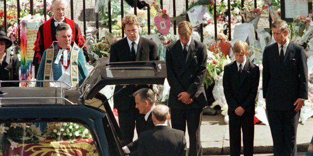 El conde Spencer y los príncipes Guillermo, Enrique y Carlos en el funeral de la princesa Diana, el 6...