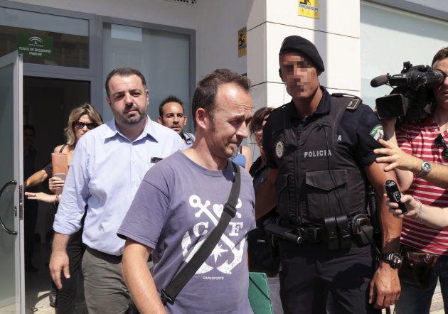 El padre de los dos hijos de Juana Rivas, a su salida del centro en el que debía recogerlos
