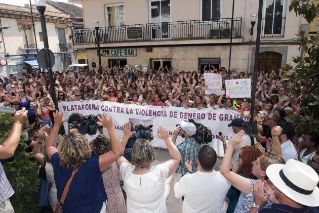 Centenares de personas se han concentrado hoy en el centro de Maracena en apoyo a Juana Rivas, cuyo paradero...