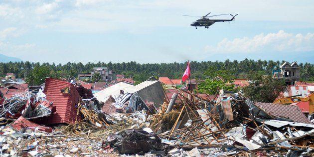 Un helicóptero militar rastrea una zona devastada de Palu, Indonesia, el 7 de octubre de