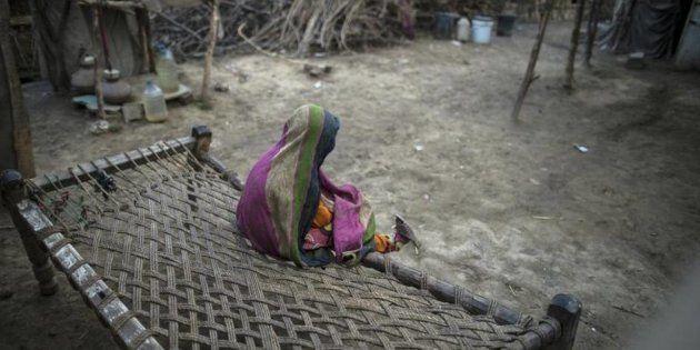 Una niña se entretiene en un poblado de la provincia de Punjab, en
