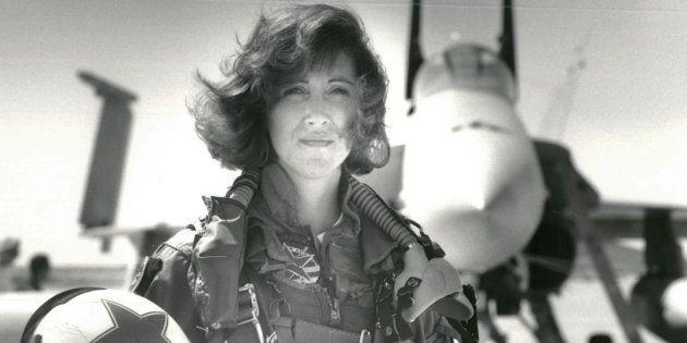 Tammie Jo Shults frente a un F/A-18A en una foto de