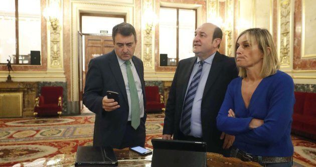 Los diputados del PNV Aitor Esteban e Idoia Sagastizabal y el líder del partido Andoni Ortuzar en el