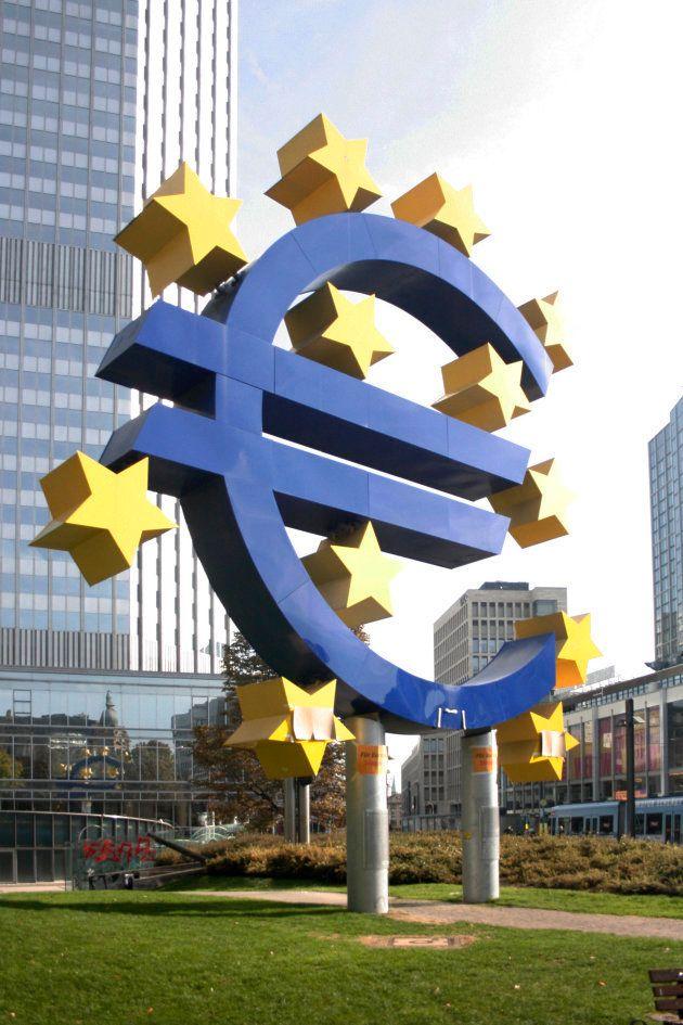 La Eurotorre, detrás del símbolo gigante del Euro, fue sede del Banco Central Europeo hasta 2015, cuando...