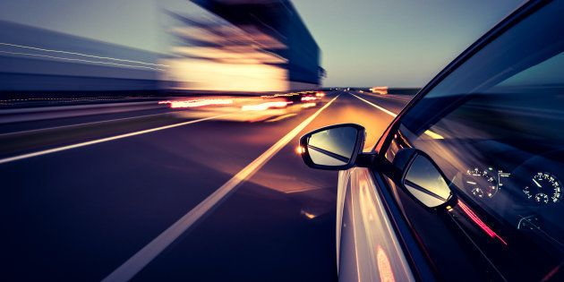 Cazado a 914 km/h en una carretera limitada a