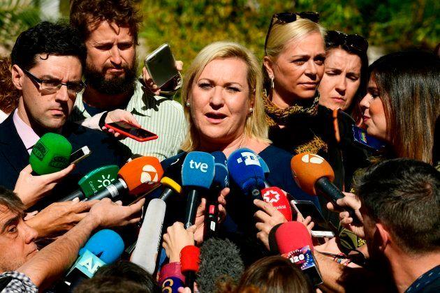 Ines Madrigal habla con periodistas fuera de un tribunal de Madrid después de asistir a la lectura del...