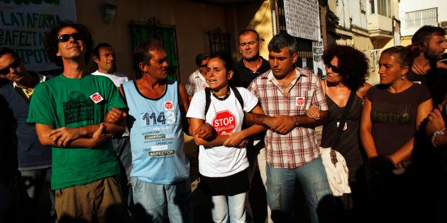 Miembros de la plataforma Stop Desahucios se manifiestan contra un desahucio por impago de hipoteca en