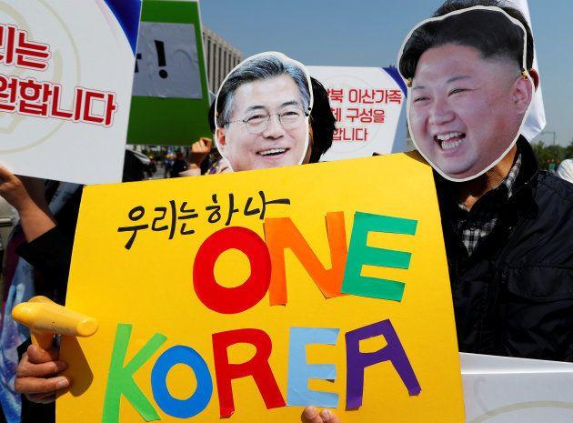 Partidarios de la unificación de las dos Coreas, en una manifestación en Seúl, el pasado