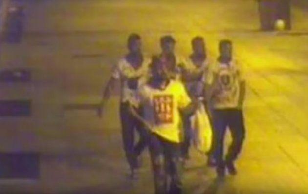 Fotograma de las cámaras de seguridad que muestran a 'La Manada' la noche en la que actuó en