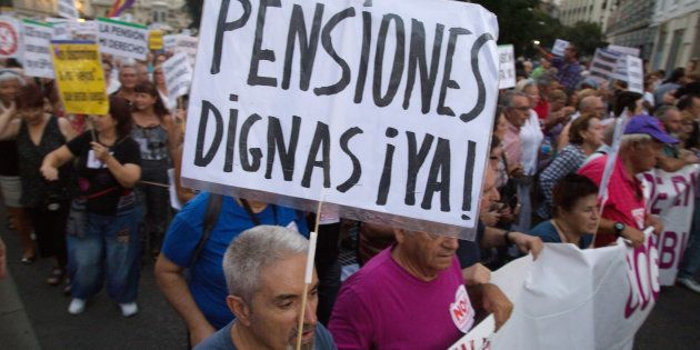 Un grupo de pensionistas se manifiestan en las calles de Madrid a favor de las pensiones