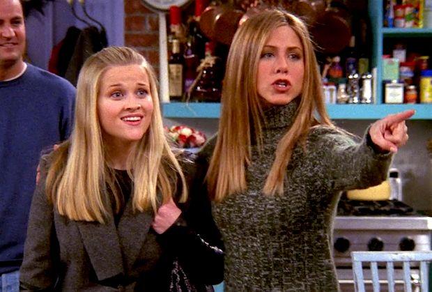 Reese Witherspoon y Jennifer Aniston en un episodio en
