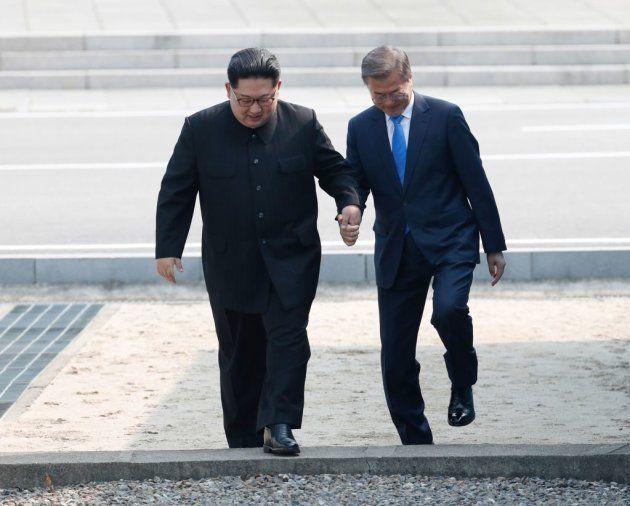 Los líderes de las dos Coreas cruzan la línea de la frontera que divide el Norte del Sur. Brevemente,...