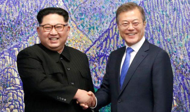 Los líderes coreanos se estrechan la mano en la