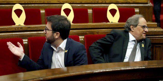 El presidente de la Generalitat Quim Torra (d) y el vicepresidente, Pere Aragonés, en el Parlament este