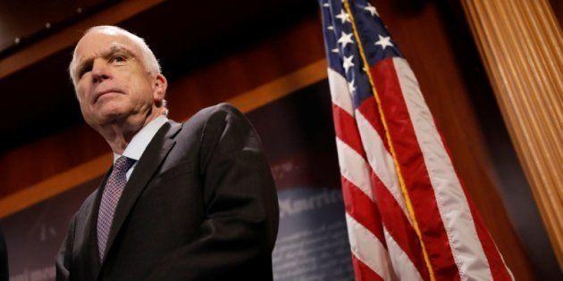 El senador John McCain, durante la rueda de prensa en la que ha explicado su