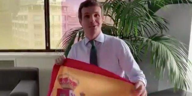 El tuit de Casado animando a colgar la bandera de España en los balcones que se le vuelve en