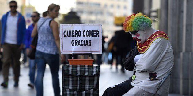 Imagen de archivo de un payaso pidiendo en las calles de Madrid limosna para