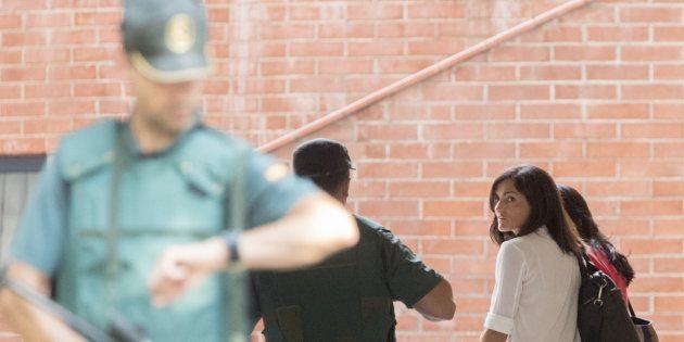 La jefa de comunicación de la consellería de Exteriors de la Generalitat, Anna Molas (d), a su llegada...