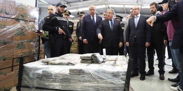 El ministro del Interior, Juan Ignacio Zoido, ante el alijo de casi nueve toneladas de cocaína incautadas...