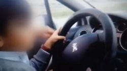 Un niño de 7 años conduce mientras sus padres lo