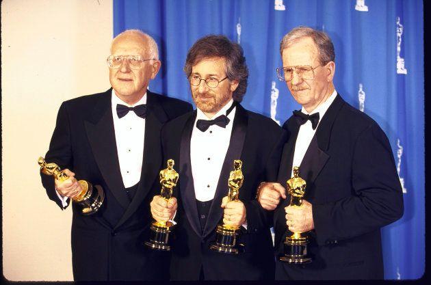 Spielberg, junto a los productores de la cinta, posando con los Oscar ganados por el