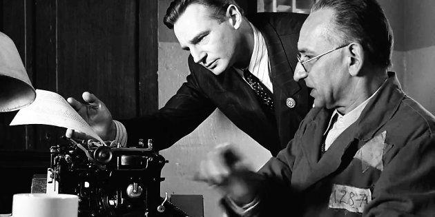 Liam Neeson (Oskar Schindler) y Ben Kingsley (Itzhak Stern), tecleando la