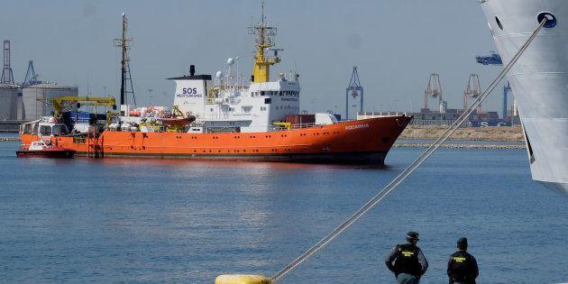 Maniobra de atraque del 'Aquarius' en el puerto de
