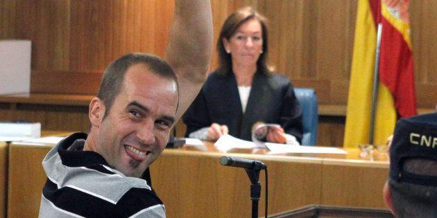 Garikoitz Aspiazu, 'Txeroki', saludando a sus allegados en un juicio celebrado en Madrid en