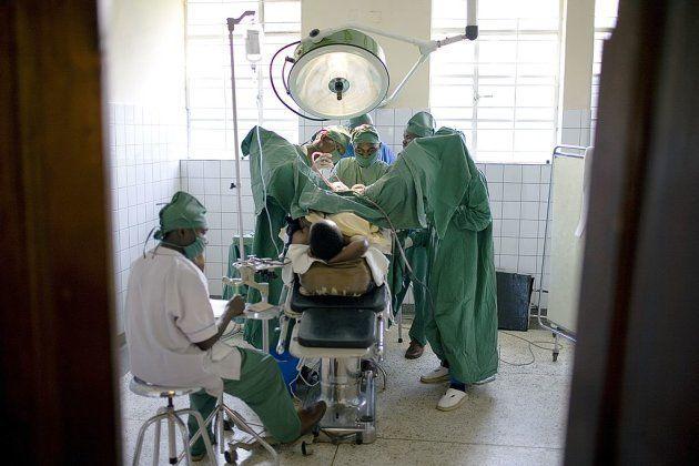 El doctor Denis Mukwege inspecciona a una
