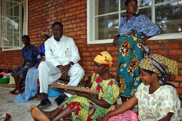 El dr Mukwege con sus pacientes en el Hospital