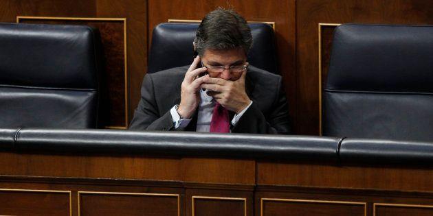 Asociaciones de jueces y fiscales exigen en bloque la dimisión de Catalá por sus comentarios sobre un...