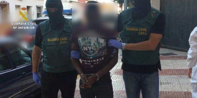 El detenido en el aeropuerto de Madrid, escoltado por la Guardia
