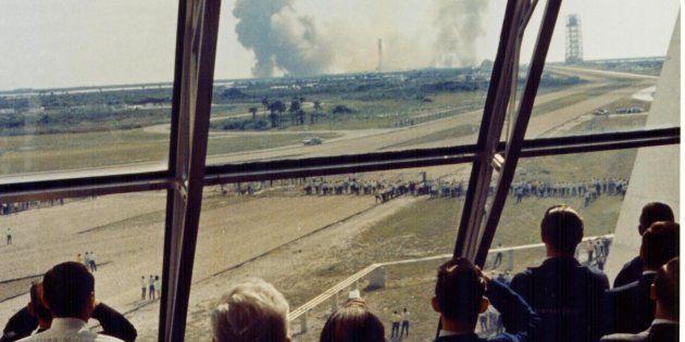 Empleados de la NASA observan el lugar de despegue de la misión Apolo 11, en