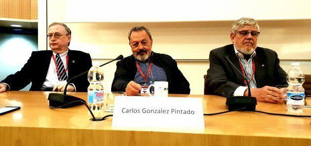 De izquierda a derecha: Anthony Carro, representante de la NASA en España; Carlos González Pintado y...