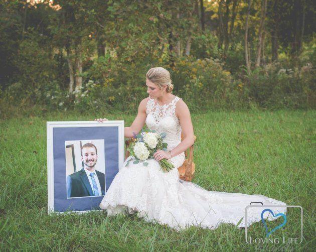 La historia de la novia que llora sobre la tumba de su