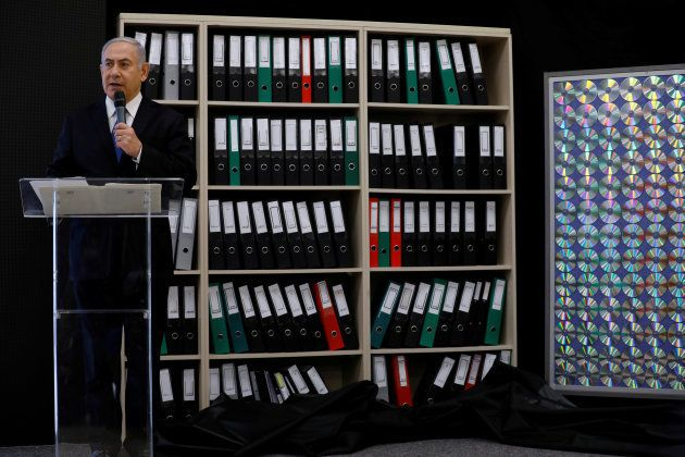 El primer ministro de Israel, mostrando los archivos y CD en los que fundamenta su