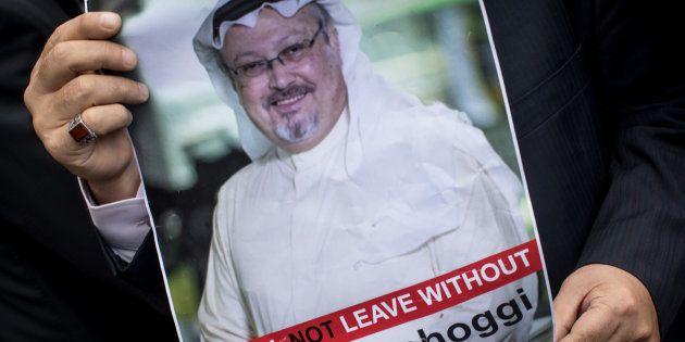 Un hombre porta un retrato de Jamal Khashoggi, durante una concentración organizada por asociaciones...