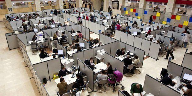 Imagen de archivo de funcionarios de Hacienda atendiendo a ciudadanos en una oficina de